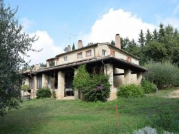 In the Marche region in the province of macerata, in the municipality of Civitanova high, ancient brick farmhouse, on two levels