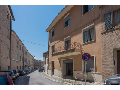 SINGLE HOUSE WITH GARAGE AND TERRACE FOR SALE IN THE HISTORIC CENTER OF FERMO in a wonderful position, a few steps from the heart of the center, in the Marche in Italy in Le Marche_1