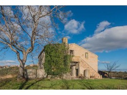 FARMHOUSE WITH PANORAMIC VIEWS FOR SALE IN CARASSAI IN THE MARCHE REGION, NESTLED IN THE ROLLING HILLS OF THE MARCHES