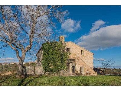 FARMHOUSE WITH PANORAMIC VIEWS FOR SALE IN CARASSAI IN THE MARCHE REGION, NESTLED IN THE ROLLING HILLS OF THE MARCHES in Le Marche_1