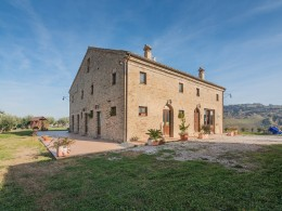 This farmhouse for sale in the Marche used as a farmhouse located in a beautiful area of Santa Vittoria in Matenano, Province of Fermo in the Marche region (Italy)