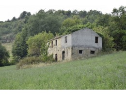 FARMHOUSE TO BE RESTORED FOR SALE IN THE MARCHE REGION, NESTLED IN THE ROLLING HILLS OF THE MARCHE in the municipality of Montefiore dell'Aso in Italy