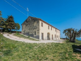 EXCLUSIVE FARMHOUSE TO RENOVATE WITH SEA VIEW in Fermo in the Marche in Italy