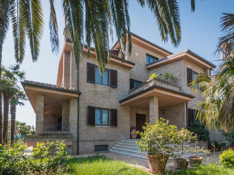 PRESTIGIOUS VILLA WITH GARDEN FOR SALE IN FERMO IN THE MARCHE , For Sale Exclusive  Property In The Marches In Italy , Prestigious Seafront Property For Sale  ...