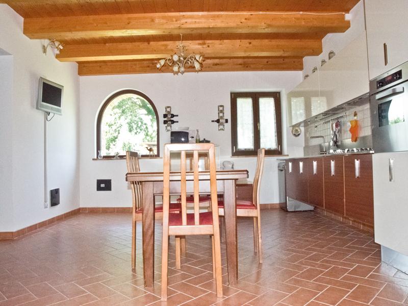 Casolare ristrutturato con dependance openspace e portico for Piccola casa con avvolgente portico