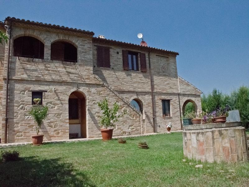 Casolare ristrutturato con dependance openspace e portico casa colonica con giardino in vendita - Casa con portico ...
