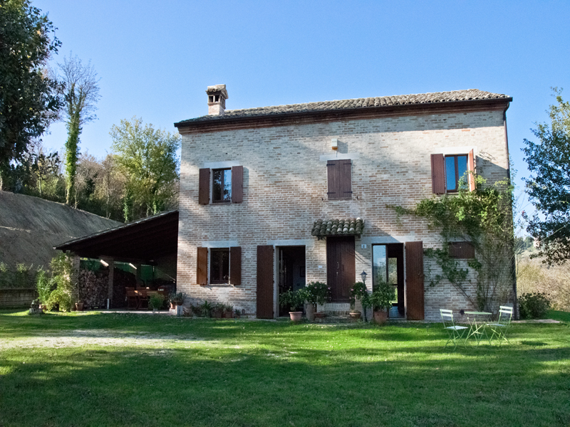 Country house with garden and pool for sale in le marche for Italian country homes