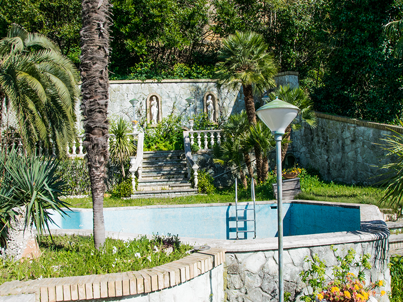 Palazzo da restaurare con terrazzo giardino e piscina in for Ristrutturare il giardino