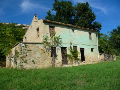 vendita casa colonica vista sulla valle nelle marche