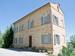 FARMHOUSE FOR SALE IN ITALY NEAR THE HISTORIC CENTER WITH FANTASTIC PANORAMIC VIEW Country house with garden for sale in Le Marche