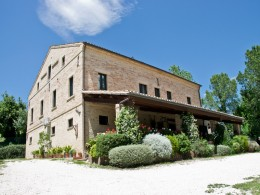 PRESTIGIOUS BED AND BREAKFAST FOR SALE IN LE MARCHE REGION Luxury tourist activity immersed in the hills in Italy