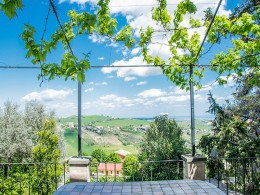 HOUSE TO RESTORE WITH GARDEN AND TERRACE FOR SALE IN LE MARCHE Property for sale in the old town in Italy