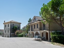 VILLA AND PALACE FOR SALE NEAR THE HISTORIC CENTER WITH FANTASTIC PANORAMIC VIEWS Property with garden for sale in Le Marche, Italy