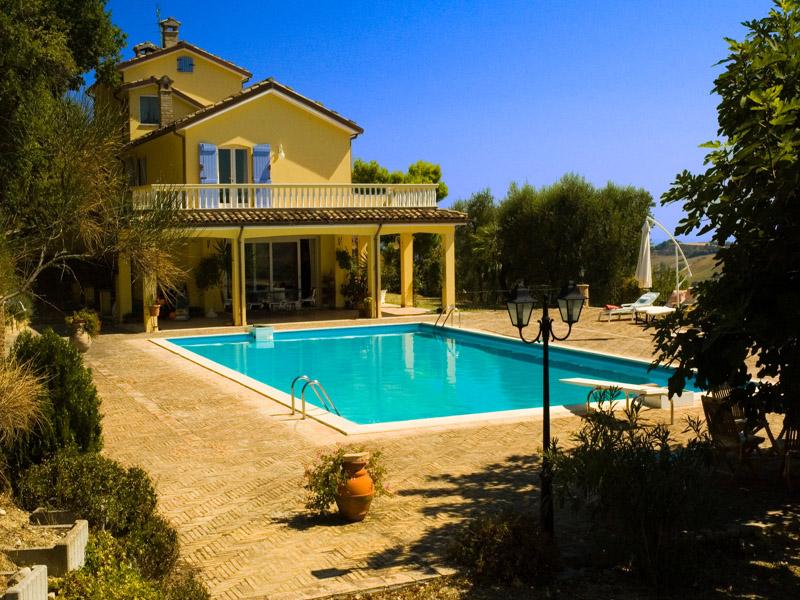 Villa mare con piscina in vendita nelle marche for Belle case con piscine