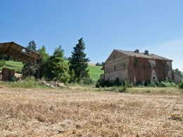 COUNTRY HOUSE TO RESTORE FOR SALE IN MARCHE Farmhouse with land in Italy